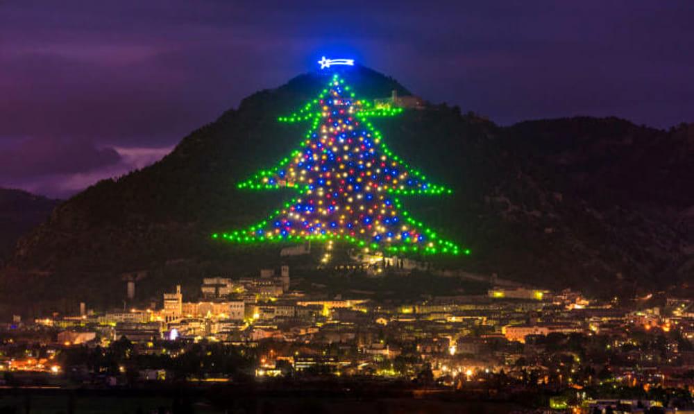Albero Di Natale Piu Grande Del Mondo.A Gubbio L Albero Di Natale Piu Grande Del Mondo Viaggiare Senza Confini